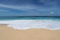 巴厘岛蓝色海滩 免版税库存图片