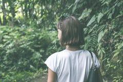 巴厘岛,印度尼西亚雨林的性感的年轻深色的秀丽妇女  免版税图库摄影