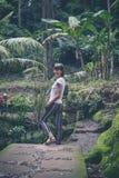 巴厘岛,印度尼西亚雨林的性感的年轻深色的秀丽妇女  库存图片