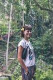 巴厘岛,印度尼西亚雨林的性感的年轻深色的秀丽妇女  免版税库存照片