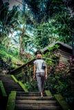 巴厘岛,印度尼西亚雨林的性感的年轻深色的秀丽妇女  免版税库存图片