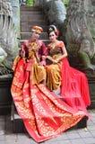 巴厘岛,印度尼西亚- 5月17 在猴子桥梁在婚礼以后的Ubad巴厘岛的夫妇2016年5月17日在巴厘岛,印度尼西亚 库存图片
