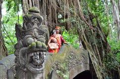 巴厘岛,印度尼西亚- 5月17 在猴子桥梁在婚礼以后的Ubad巴厘岛的夫妇2016年5月17日在巴厘岛,印度尼西亚 免版税库存照片