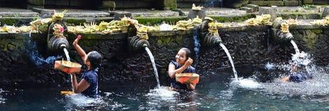 巴厘岛,印度尼西亚- 5月18 妇女在霍莉水Pura Tirta Empul 2016年5月18日中在巴厘岛,印度尼西亚 库存图片