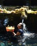 巴厘岛,印度尼西亚- 5月18 妇女在霍莉水Pura Tirta Empul 2016年5月18日中在巴厘岛,印度尼西亚 库存照片