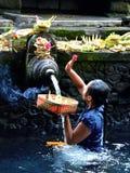 巴厘岛,印度尼西亚- 5月18 妇女在霍莉水Pura Tirta Empul 2016年5月18日中在巴厘岛,印度尼西亚 免版税图库摄影