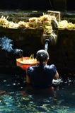 巴厘岛,印度尼西亚- 5月18 妇女在霍莉水Pura Tirta Empul 2016年5月18日中在巴厘岛,印度尼西亚 免版税库存图片