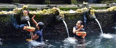 巴厘岛,印度尼西亚- 5月18 妇女在霍莉水Pura Tirta Empul 2016年5月18日中在巴厘岛,印度尼西亚 免版税库存照片