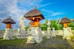 巴厘岛,印度尼西亚- 2017年3月11日:一个Indu寺庙的入口在Ubud,当一些秸杆小屋位于后院  库存图片