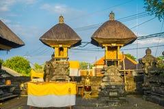 巴厘岛,印度尼西亚- 2017年3月11日:一个Indu寺庙的入口在Ubud,当一些秸杆小屋位于后院  免版税库存图片