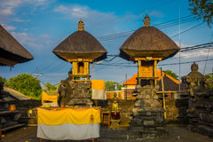巴厘岛,印度尼西亚- 2017年3月11日:一个Indu寺庙的入口在Ubud,当一些秸杆小屋位于后院  免版税图库摄影
