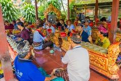 巴厘岛,印度尼西亚- 2017年4月05日:休息在美丽的寺庙的一个大厦里面的未认出的人民在Ubud巴厘岛 免版税库存照片