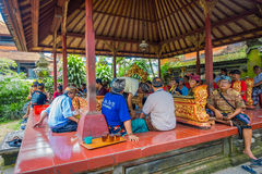 巴厘岛,印度尼西亚- 2017年4月05日:休息在美丽的寺庙的一个大厦里面的未认出的人民在Ubud巴厘岛 免版税库存图片