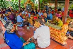 巴厘岛,印度尼西亚- 2017年4月05日:休息在美丽的寺庙的一个大厦里面的未认出的人民在Ubud巴厘岛 图库摄影