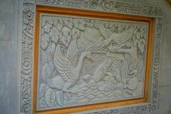 巴厘岛,印度尼西亚- 2017年3月08日:使用做仅的凿子的美好的艺术在水泥墙壁上的艺术,在登巴萨巴厘岛 库存图片