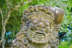 巴厘岛,印度尼西亚- 2017年3月08日:关闭在Mengwi帝国里面皇家寺庙的一个美丽的石雕象  库存图片