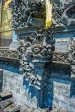 巴厘岛,印度尼西亚- 2017年3月11日:关闭在Uluwatu寺庙的一个扔石头的结构在巴厘岛,印度尼西亚 图库摄影
