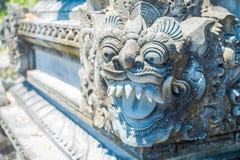 巴厘岛,印度尼西亚- 2017年3月11日:关闭在Uluwatu寺庙的一张扔石头的面孔在巴厘岛,印度尼西亚 免版税图库摄影