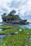 巴厘岛,印度尼西亚- 2008年8月26日:参观Tanah全部的游人 免版税库存照片