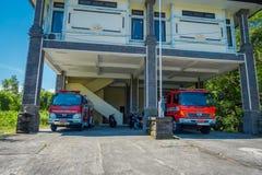 巴厘岛,印度尼西亚- 2017年3月11日:在一个大厦下的救火车在Uluwatu寺庙在巴厘岛,印度尼西亚 免版税库存图片