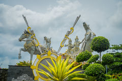 巴厘岛,印度尼西亚- 2017年3月08日:在市场输入的一个美丽的印度雕象在市登巴萨在印度尼西亚 库存照片