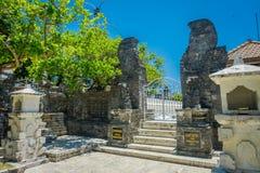 巴厘岛,印度尼西亚- 2017年3月11日:在Pura Luhur Uluwatu寺庙的门在巴厘岛,印度尼西亚 免版税库存照片