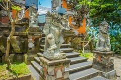巴厘岛,印度尼西亚- 2017年3月05日:在Pura Ulun Danu Bratan寺庙输入的扔石头的雕象在巴厘岛,印度尼西亚的 免版税库存图片