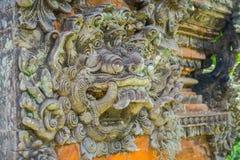 巴厘岛,印度尼西亚- 2017年3月05日:在Pura Ulun Danu Bratan寺庙输入的扔石头的雕象在巴厘岛,印度尼西亚的 库存图片