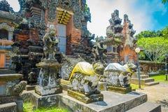 巴厘岛,印度尼西亚- 2017年3月05日:在Pura Ulun Danu Bratan寺庙输入的扔石头的雕象在巴厘岛,印度尼西亚的 图库摄影