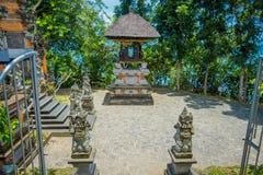 巴厘岛,印度尼西亚- 2017年3月05日:在Pura Ulun Danu Bratan输入的扔石头的雕象是主要Shivaite和水 免版税库存照片
