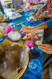 巴厘岛,印度尼西亚- 2017年3月08日:妇女印地安Sadhu面团为在Manmandir ghat的薄煎饼做准备在银行  免版税库存照片