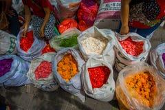 巴厘岛,印度尼西亚- 2017年3月08日:室外巴厘岛花市场 巴厘语每日使用花Hindus如象征性 免版税图库摄影