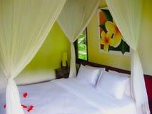 巴厘岛,印度尼西亚- 2012年4月13日:平房看法有床的在Nandini密林手段和温泉 免版税库存照片