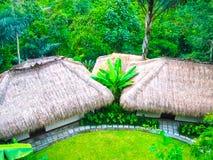 巴厘岛,印度尼西亚- 2012年4月13日:平房看法Nandini密林手段和温泉的 库存图片