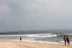 巴厘岛,印度尼西亚- 2014年6月09日:库塔中央海滩的人们 库存图片