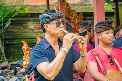 巴厘岛,印度尼西亚- 2017年4月05日:弹奏一些乐器,长笛和佩带黑暗的sunglases的未认出的人 免版税库存图片