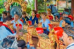 巴厘岛,印度尼西亚- 2017年4月05日:弹奏在一个大厦里面的未认出的人民一些乐器在 库存图片