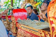 巴厘岛,印度尼西亚- 2017年4月05日:弹奏在一个大厦里面的未认出的人民一些乐器在 库存照片