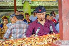 巴厘岛,印度尼西亚- 2017年4月05日:弹奏在一个大厦里面的未认出的人民一些乐器在 免版税图库摄影