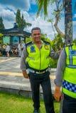 巴厘岛,印度尼西亚- 2017年3月08日:摆在传统巴厘语印度寺庙Bajra Sandhi纪念碑的未认出的人  免版税库存图片