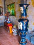 巴厘岛,印度尼西亚- 2012年4月11日:木家具,绘画,在丹那美拉手段的工作艺术看法  免版税库存照片