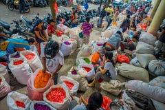 巴厘岛,印度尼西亚- 2017年3月08日:未认出的人在户外巴厘岛花市场上 巴厘语每日使用花 库存照片