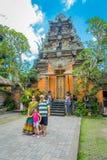 巴厘岛,印度尼西亚- 2017年4月05日:未认出的人民在Ubud,巴厘岛的中心的摆在普里Kantor印度寺庙 库存图片