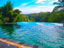 巴厘岛,印度尼西亚- 2012年4月11日:游泳池看法在丹那美拉艺术手段的 图库摄影