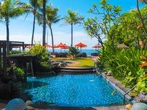 巴厘岛,印度尼西亚- 2014年4月14日:游泳池看法在圣里吉斯手段的 库存照片
