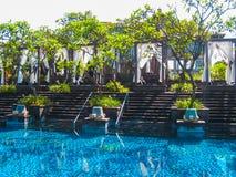 巴厘岛,印度尼西亚- 2014年4月14日:游泳池看法在圣里吉斯手段的 库存图片