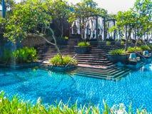 巴厘岛,印度尼西亚- 2014年4月14日:游泳池看法在圣里吉斯手段的 免版税库存照片