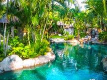 巴厘岛,印度尼西亚- 2014年4月13日:游泳池看法在珊瑚看法别墅的 库存图片