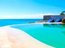 巴厘岛,印度尼西亚- 2012年4月19日:游泳池看法在El Kabron伊维萨岛样式海滩俱乐部的 免版税图库摄影
