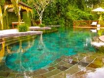 巴厘岛,印度尼西亚- 2014年4月13日:游泳池看法在Nandini密林手段和温泉的 免版税库存图片